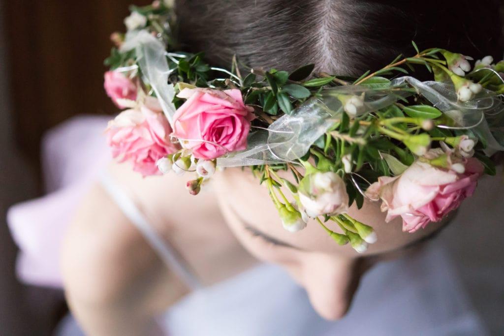 Detailaufnahme eines Blumenkranzes mit rosefarbenen Perlrosen