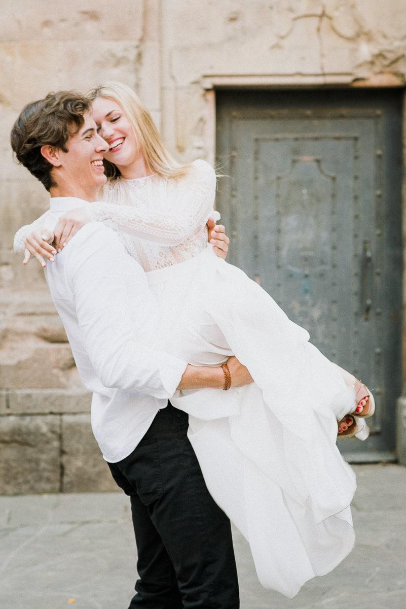 Styled Shoot in Barcelona: Braut wird durch die Luft gewirbelt