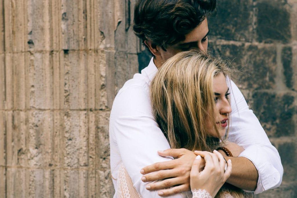 Paaraufnahme in Barcelona bei der er die Braut von hinten umarmt