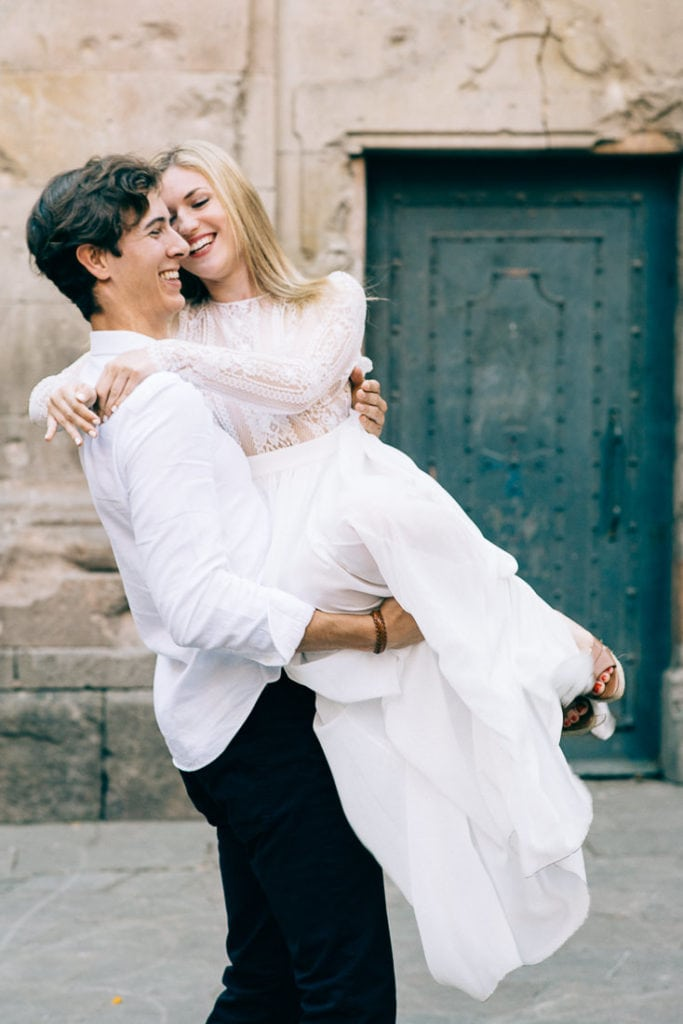 Bräutigam hebt Braut auf seine Arme
