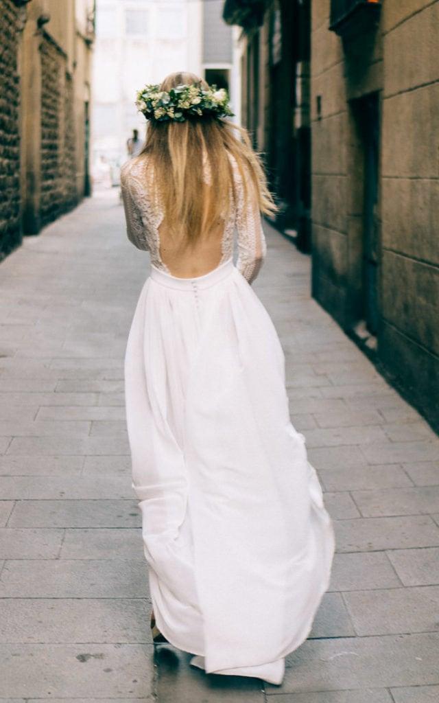 Die Braut geht durch die Straßen von El Gotic in Barcelona