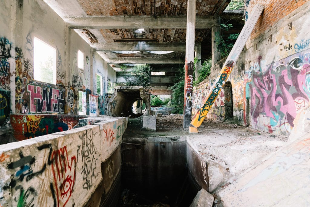 Abandoned Building V, Personal Projects, Christina Harms Fotografie, Das Innere einer Halle mit Graffiti