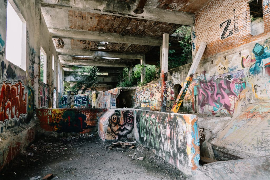 Abandoned Building I, Personal Projects, Christina Harms Fotografie, Reste einer Halle mit Graffiti