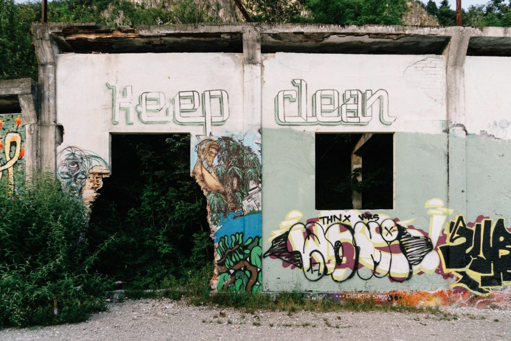 Abandoned Building III, Personal Projects, Christina Harms Fotografie, Reste einer Häuserwand mit Graffiti und