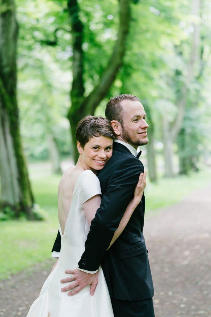 Paarshooting im Prinzenpark mit einer strahlenden Braut. Hochzeitsfotografie von Christina Harms.