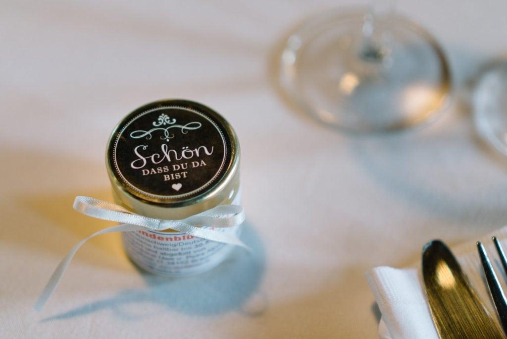 Honig als persönliches Gastgeschenk für die Hochzeit