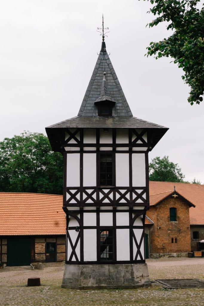 Der Innenhof des Gut Altenrode mit seinem markanten Turm.