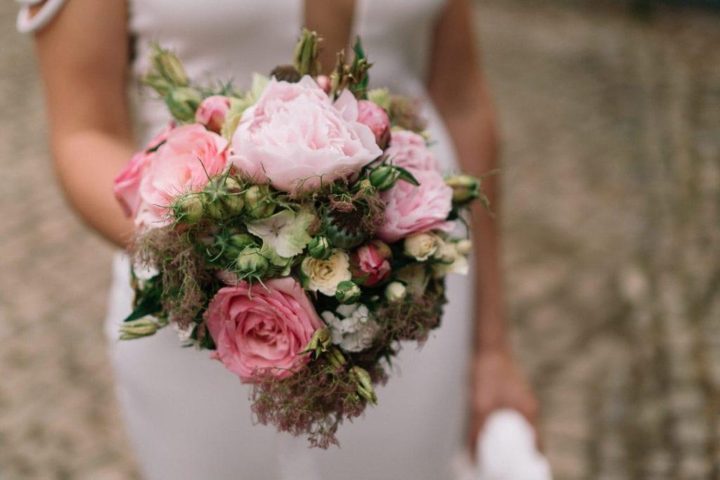 Wilder Brautstrauß mit softem Rosé-Ton und großen, offenen Rosenblüten. Perfekter Brautstrauß für eine Vintagehochzeit.