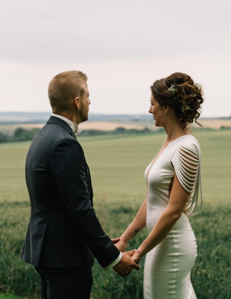 Paar hält Hand während des Paarshootings.
