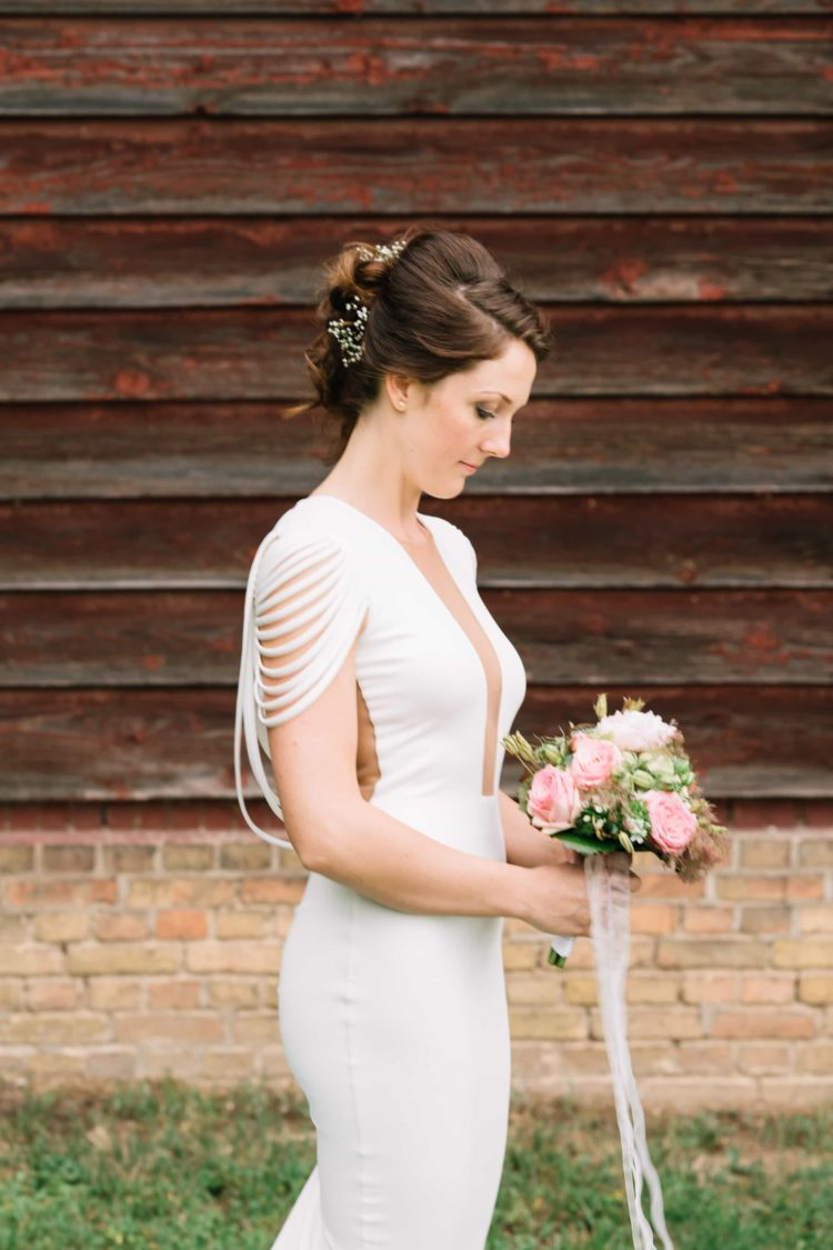 Die Braut während des Paarshootings mit ihrem wunderbarem Brautstrauß.