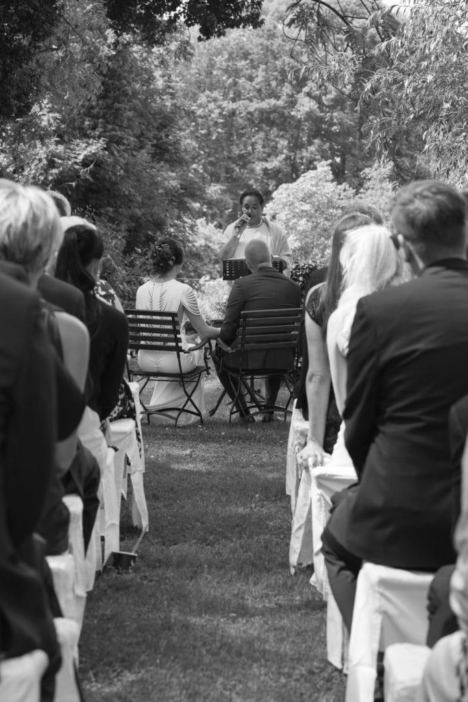 Die freie Trauung im Garten während die Traurednerin Katrin Jäger die Rede hält.