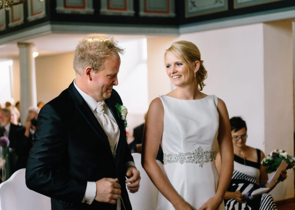 Brautpaarmomente während der kirchlichen Trauung