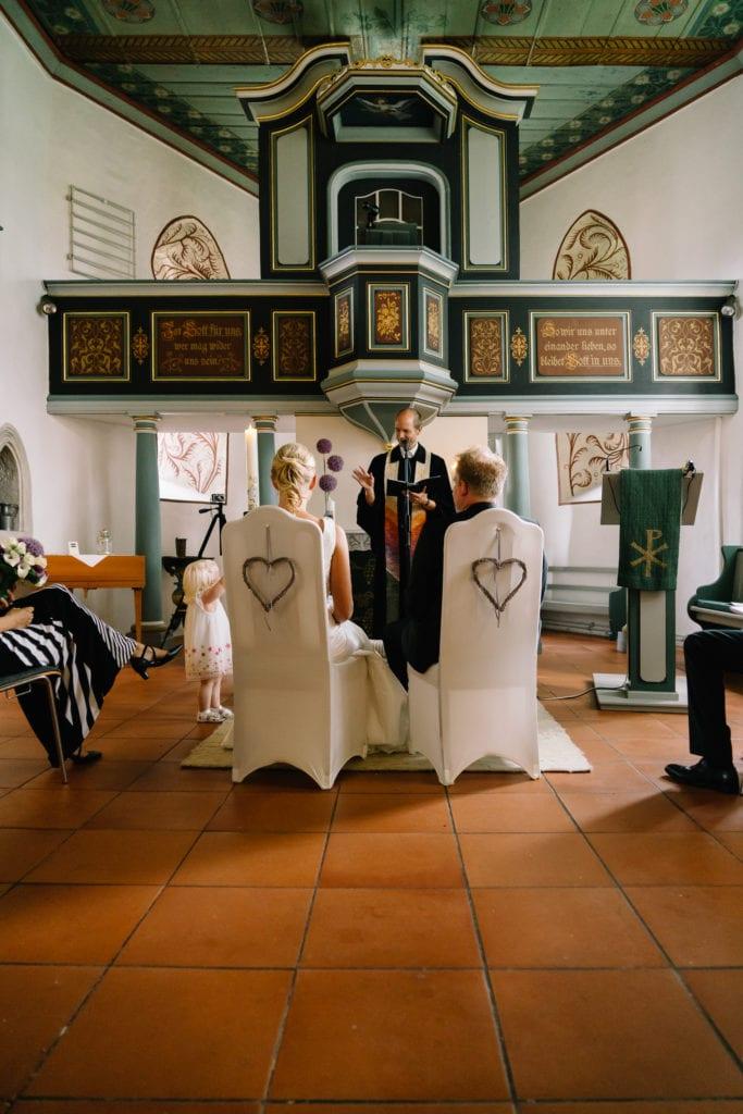 Wunderschöne Stuhlhussen während der kirchlichen Trauung