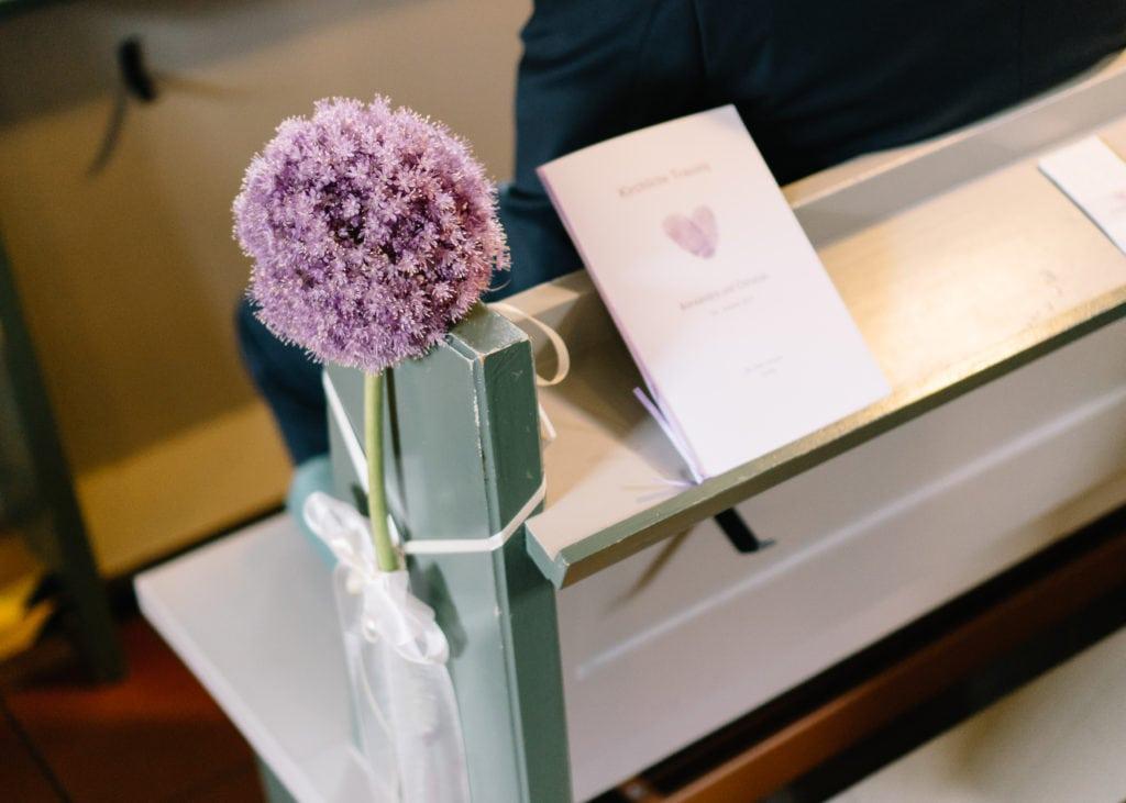 Impressionen der Trauung - Brautstrauß, Oldtimer und das Hochzeitspaar.