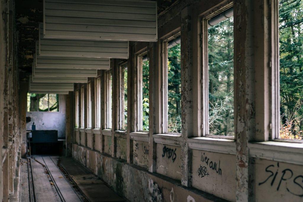 Schloss Dammsmühle - Blick in die verfallene Kegelbahn.
