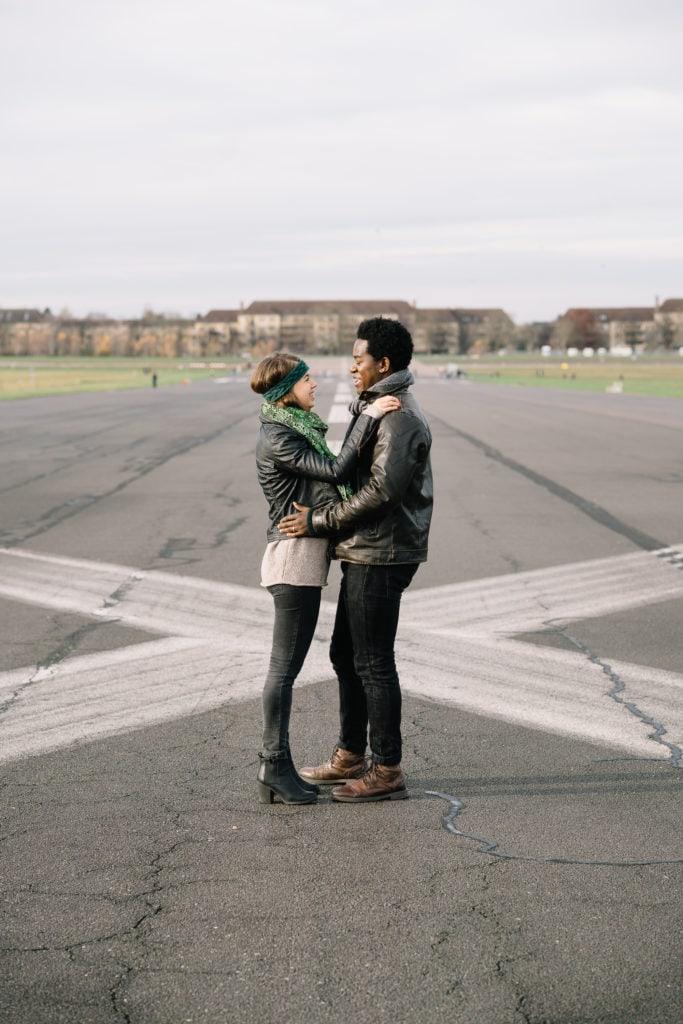Pärchenshooting auf dem Tempelhofer Feld, Berlin, Auf dem Flugfeld
