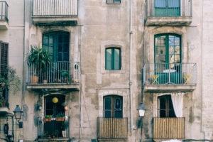 Eine bunte Häuserfassade im gotischen Viertel in Barcelona. Ein super Spot, wenn man im Sommer mal etwas Abkühlung braucht.