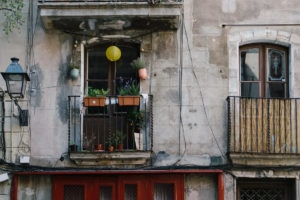 Die Häuser im gotischen Viertel in Barcelona sind bunt und poppig geschmückt. Da kommt wohlfühlen auf.