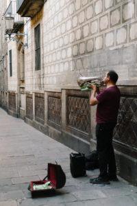 Die Innenstadt von Barcelona pulsiert vor Energie. Keinen unerheblichen Anteil daran haben die Straßenmusikanten in den kleinen Gassen des gotischen Viertels.