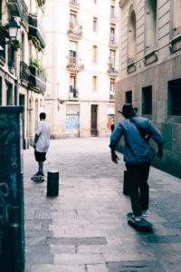 Barcelona ist die Skate-Hauptstadt Europas. Nirgendwo sonst sieht man soviele Menschen entspannt statt des Fahrrads ihr Skateboard nutzen.