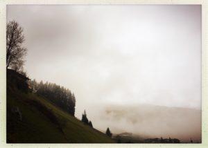 Wie aus einem Agatha Christie Krimi wirken die dichten Wolken im Tuxertal.