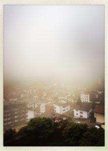 Der Ausblick von der Unterkunft in Vorderlanersbach bei regnerischem Wetter.