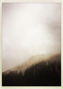 Tuxertal bei Regen. Die tiefhängenden Wolken liefern ein beeindruckendes Bild.