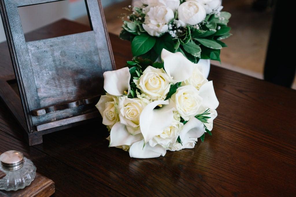 Weißer Brautstrauß mit Rosen und Callas-Lilien.