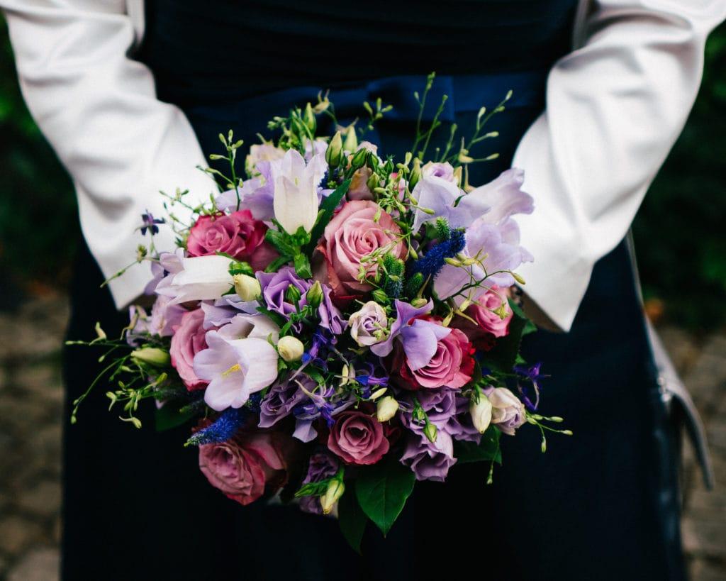 Weiß, pink und violetter Brautstrauß als Hochzeitsinspiration.