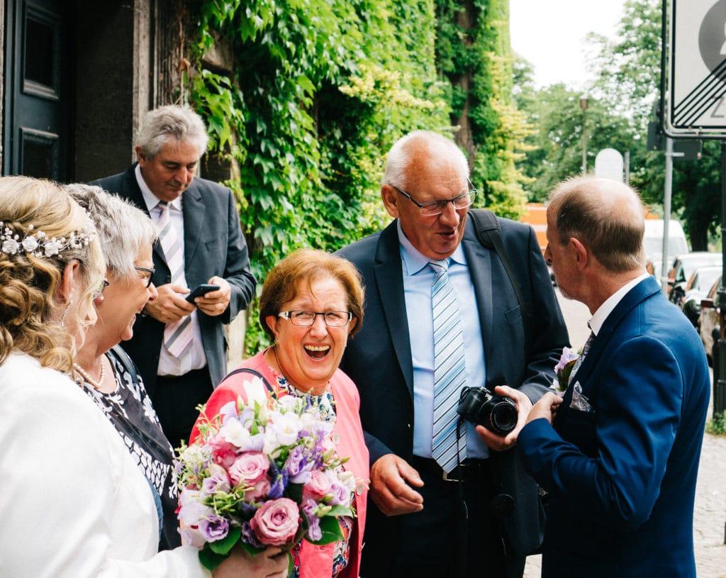 Ausgelassene Stimmung vor der Hochzeit im Standesamt Spandau