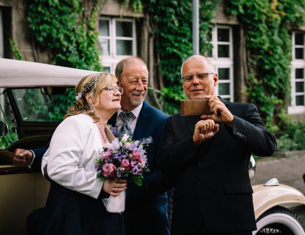 Das Brautpaar mit dem Chauffeur Stefan Golze, der Fahrer dieses traumhaften Chevrolets im Hintergrund.