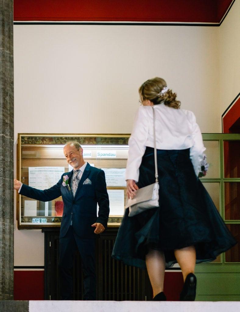 Der Gentlemen zeigt den Weg. Standesamtliche Hochzeit im Rathaus Spandau.