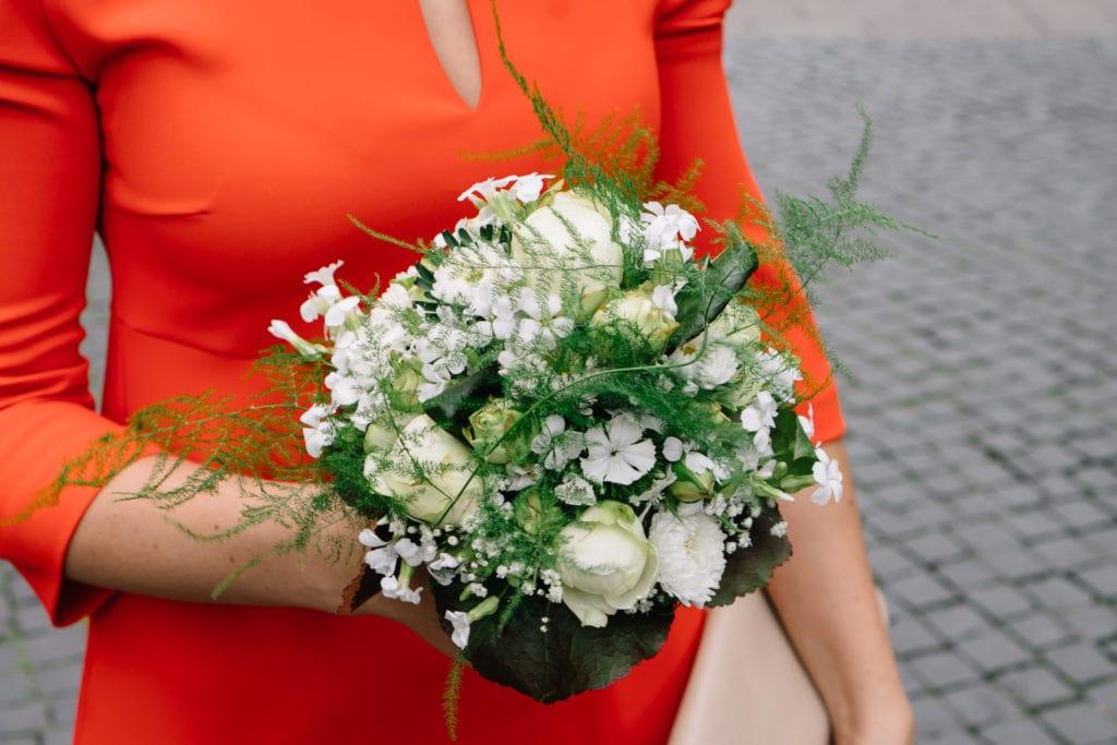 Ein weiß-grüner Brautstrauß in Kugelform. Leicht und locker.