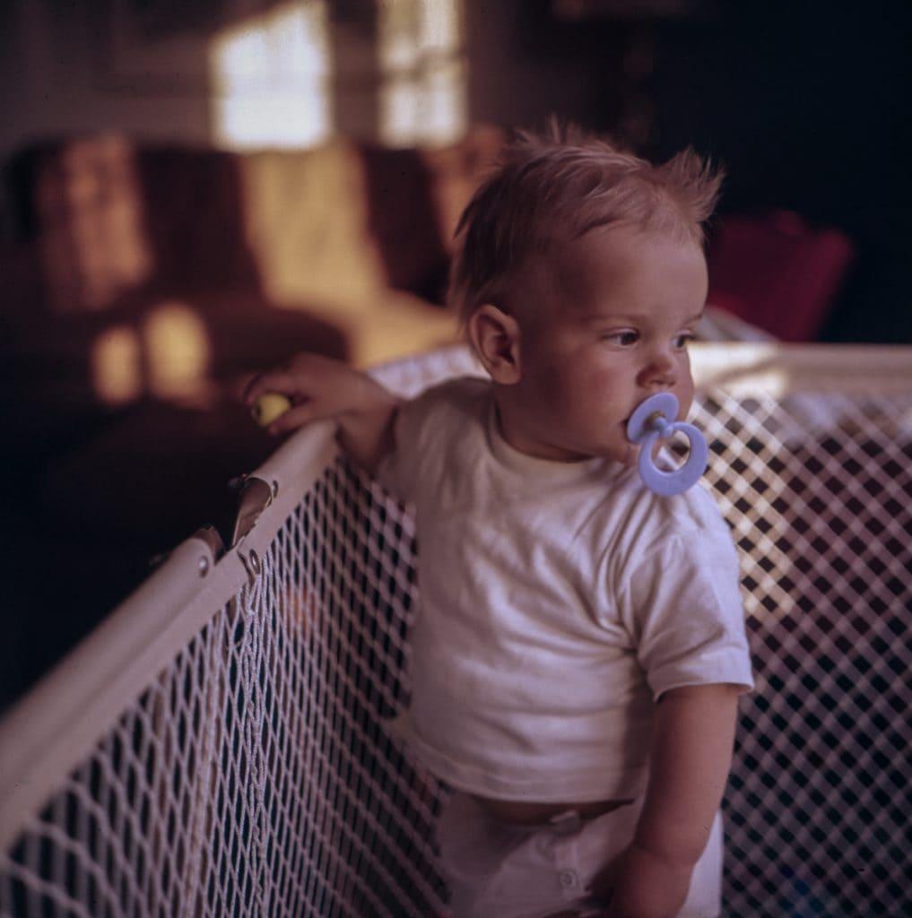 Babyfoto-Ideen: Die ersten Stehversuche im ersten Babyjahr