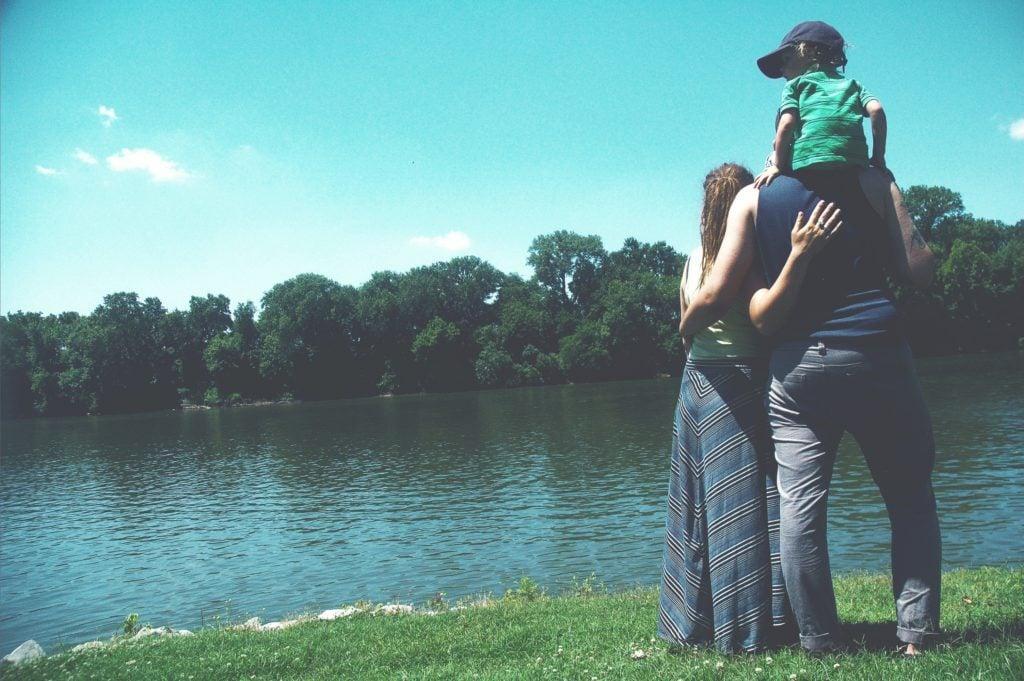 Familie am See mit leicht schiefem Hintergrund