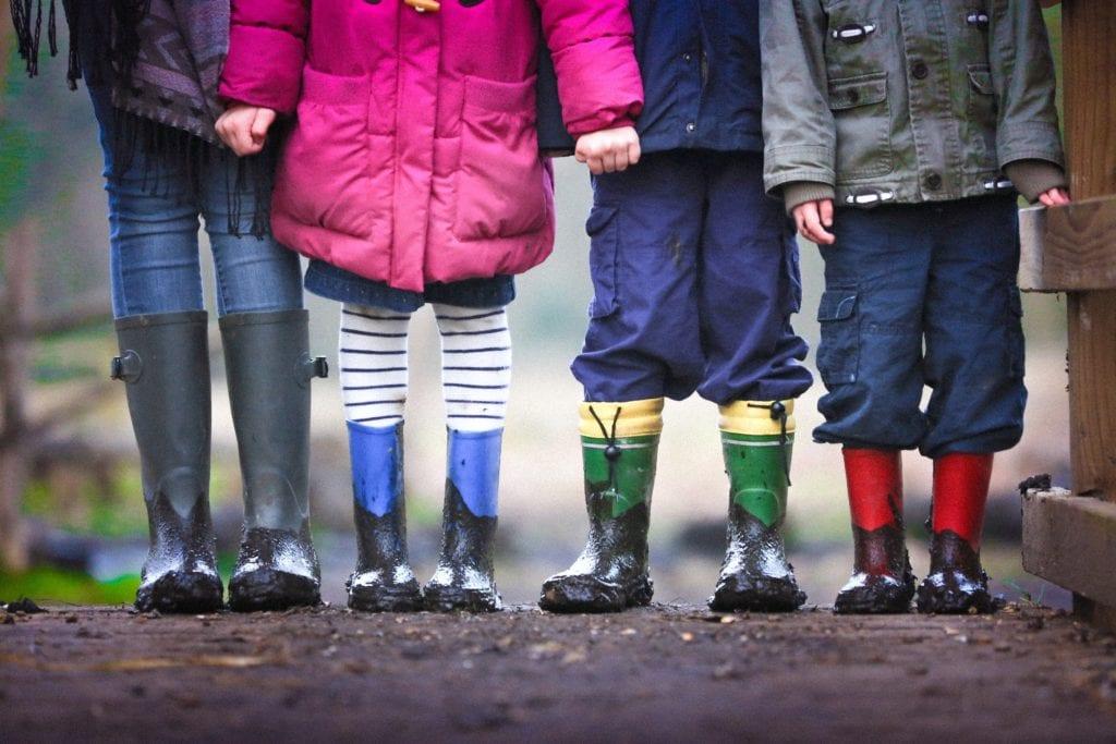 Foto von Kindern in Gummistiefeln