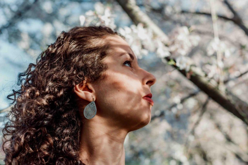 Junge Frau mit Kirschblüten-Schatten