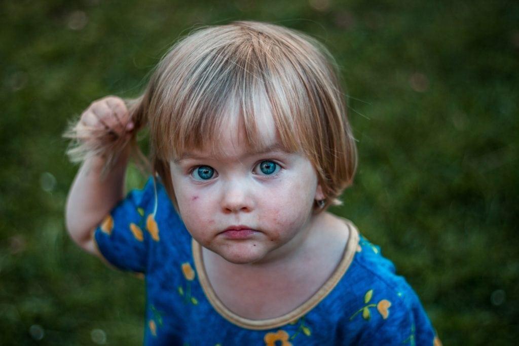 Kind schaut mit verschmiertem Gesicht in die Kamera