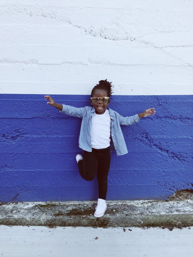 Kind vor einer zweifarbigen Wand