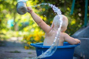 Kind im Wasserbottich