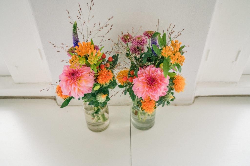 Dahlien in softem Rosa und leichte Gräser als Hochzeitsfloristik