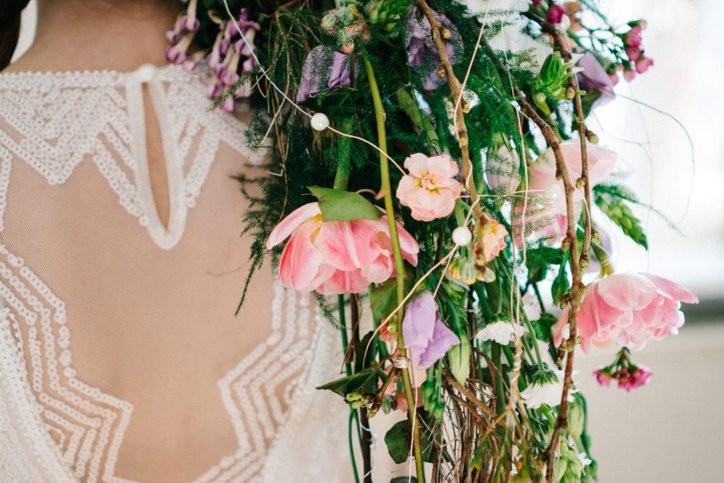 Wasserfall-Brautstrauß lässig über der Schulter