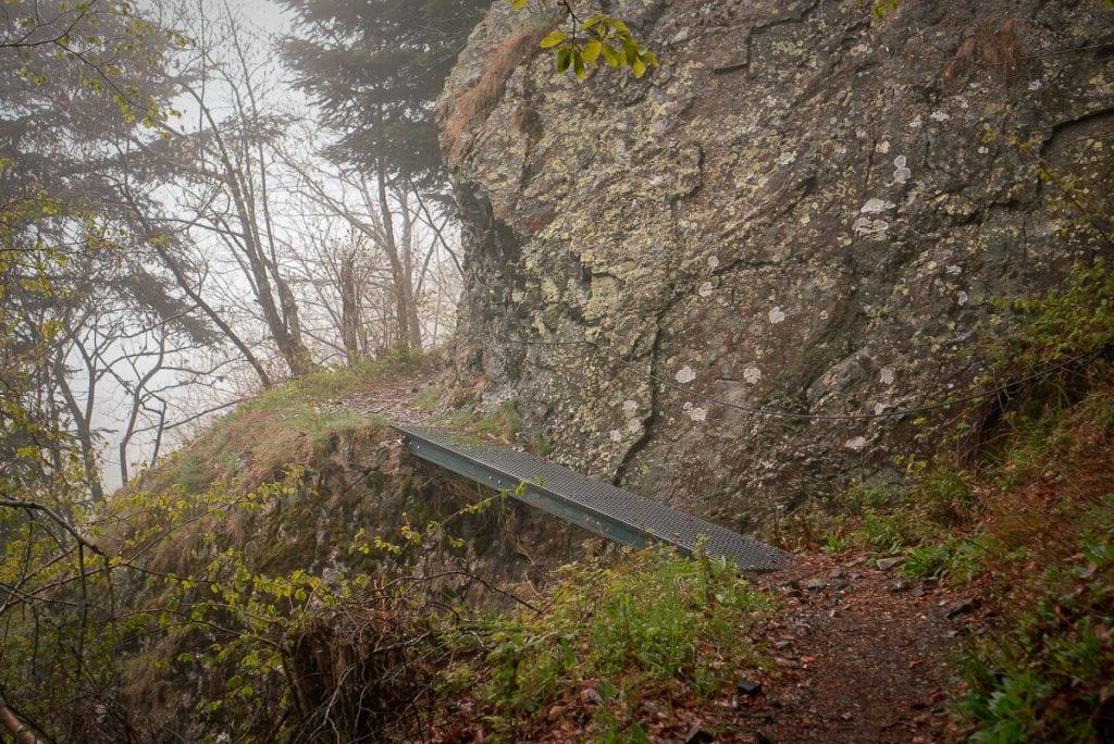 Schmale Metallstiege auf der Wandertour im Elsass