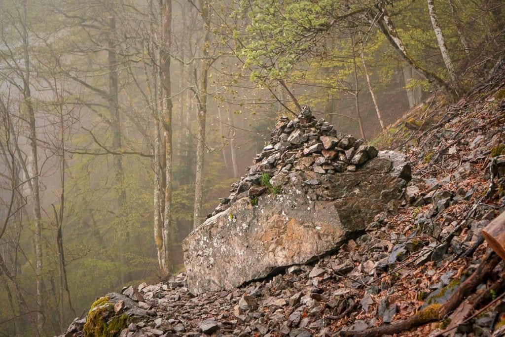 Das Geröllfeld bietet einen guten Überblick über den ersten See auf der Wandertour und eignet sich gut als Platz für einen Heiratsantrag