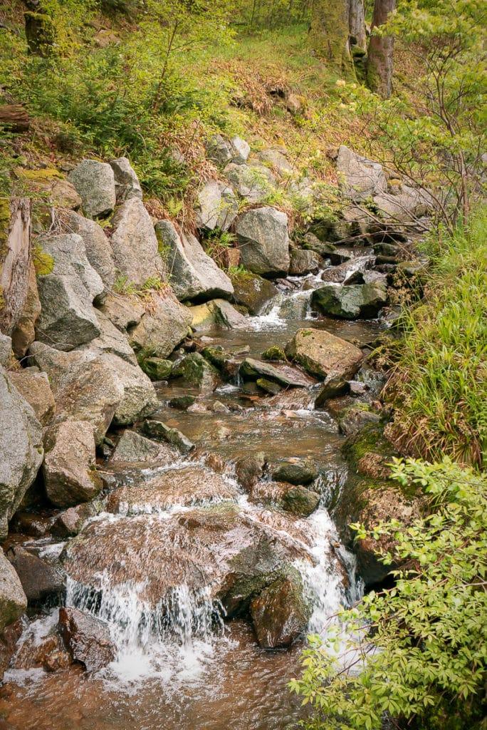 Bach im Elsass: Die Wandertour Drei-Seen eignet sich für eine romantischen Heiratsantrag in freier Natur.