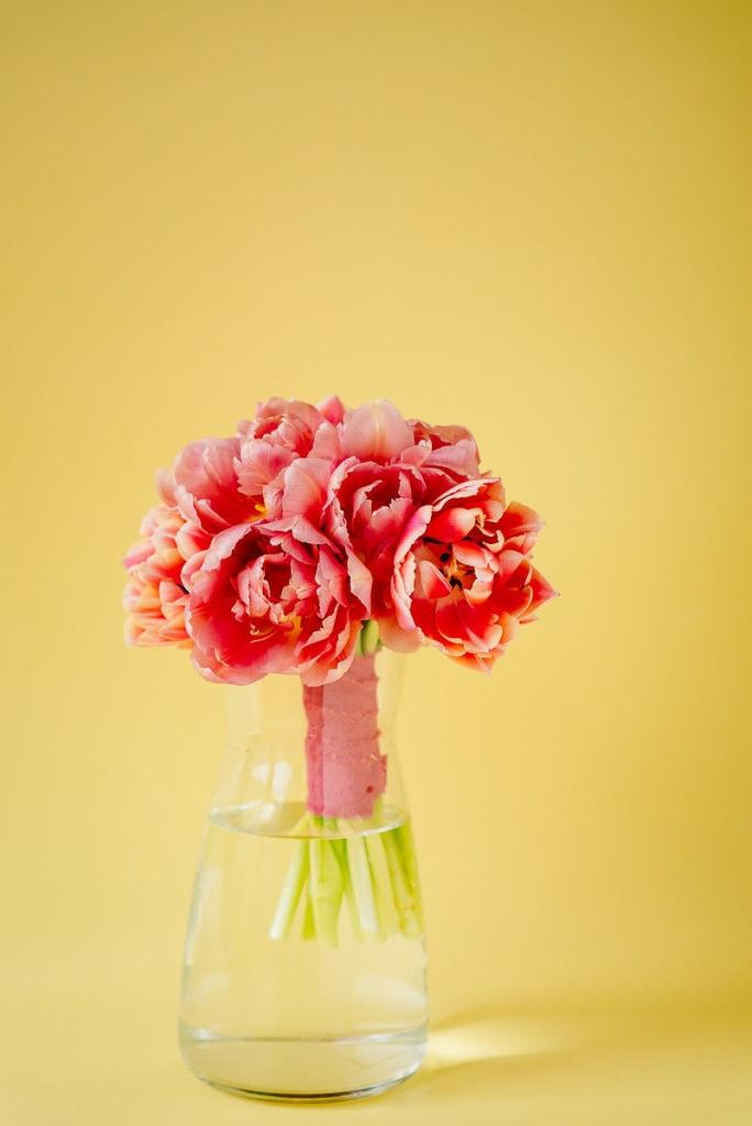Rosafarbene gefüllte Tulpen in der Vase